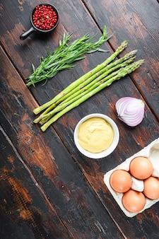 Ovos de aspargos frescos e ingredientes de molho francês