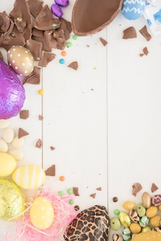 Ovos de chocolate de páscoa na mesa de madeira