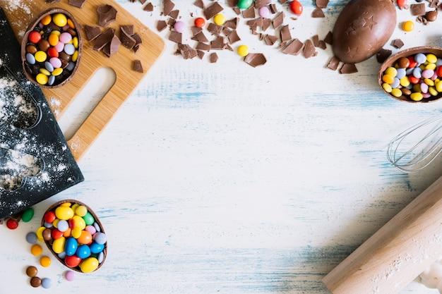 Ovos de chocolate e utensílios de cozinha