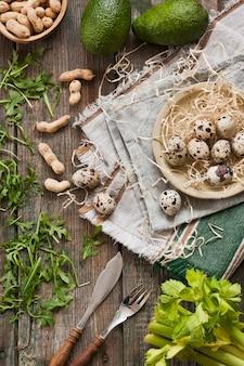 Ovos de codorna, abacate e ingredientes verdes frescos para salada de primavera. comida saudável dietética