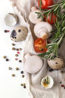 Ovos de codorna, cogumelos, tomate e alecrim