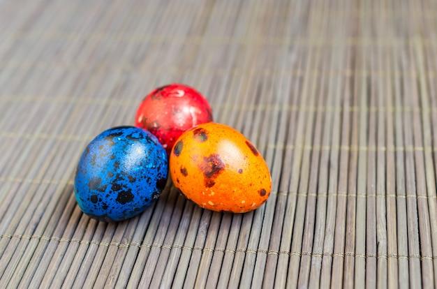 Ovos de codorna coloridos