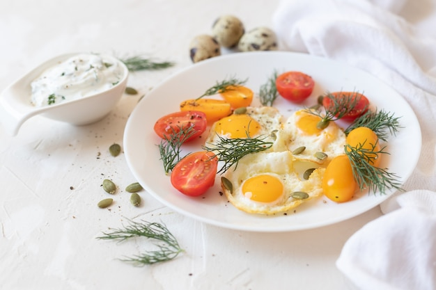 Ovos de codorna com ervas e vegetais