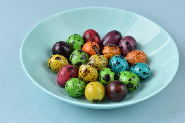 Ovos de codorna da páscoa em um prato em um azul