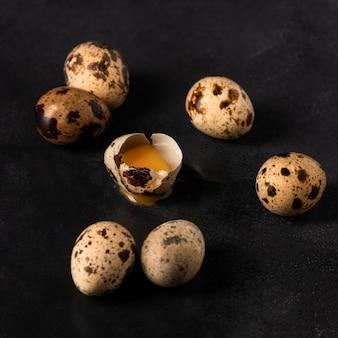 Ovos de codorna de alto ângulo com casca rachada
