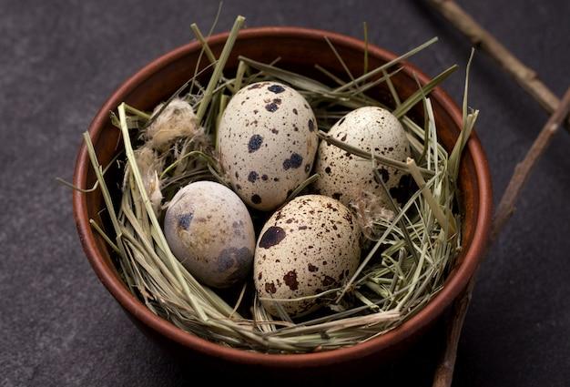 Ovos de codorna de páscoa no feno