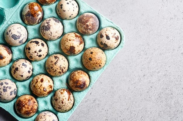 Ovos de codorna em embalagens de cartão azul