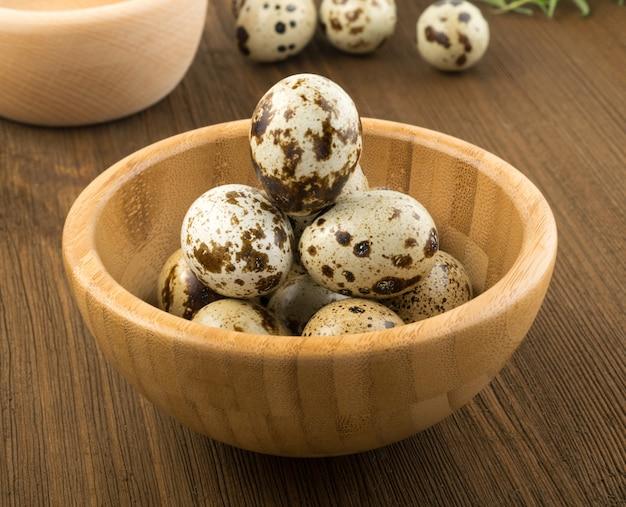Ovos de codorna em fundo de madeira