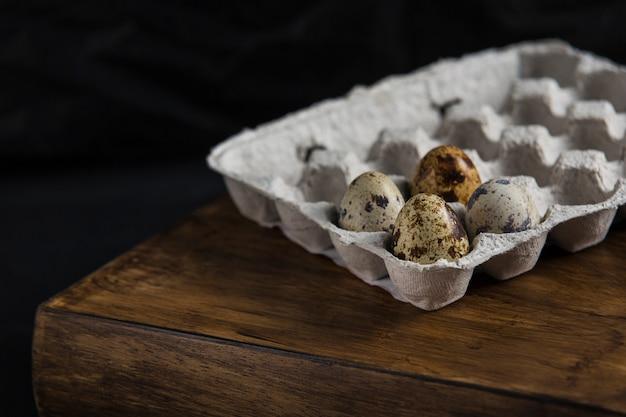 Ovos de codorna em madeira escura