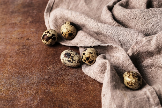 Ovos de codorna em rústico