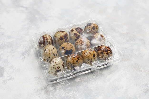 Ovos de codorna em um concreto branco-cinza