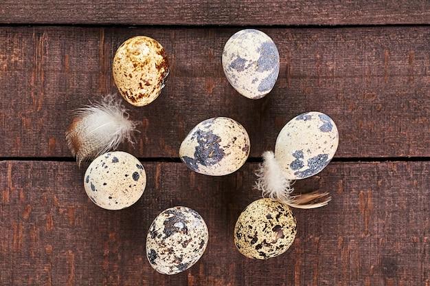Ovos de codorna em um fundo de madeira