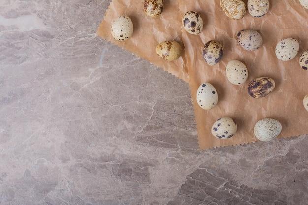 Ovos de codorna em um pedaço de papel.