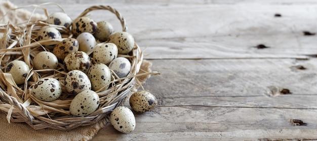 Ovos de codorna em uma cesta sobre uma mesa de madeira