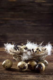 Ovos de codorna em uma mesa de madeira.