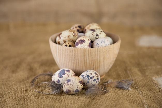 Ovos de codorna em uma superfície velha