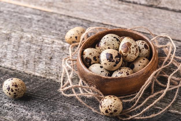 Ovos de codorna em uma tigela de madeira.