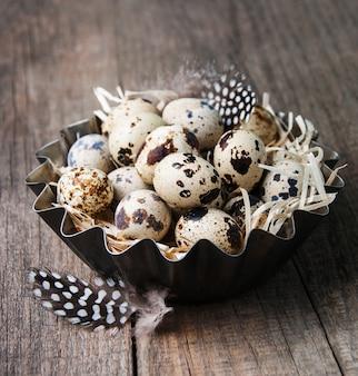 Ovos de codorna em uma tigela de metal