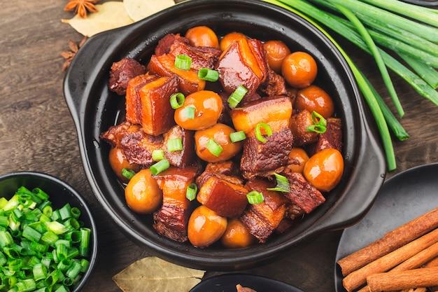 Ovos de codorna ensopado com barriga de porco (comida chinesa)