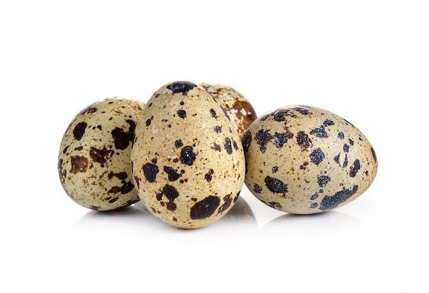 Ovos de codorna estão em uma parede branca