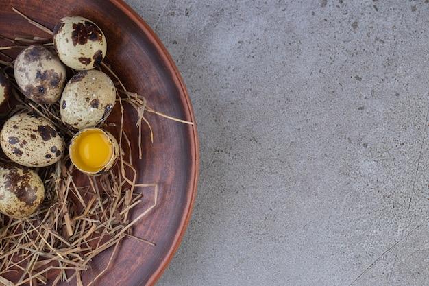 Ovos de codorna frescos e crus colocados em uma superfície de pedra.