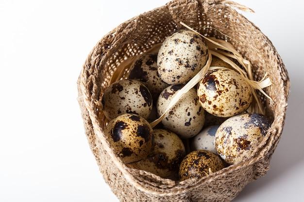 Ovos de codorna frescos em closeup de placa de madeira