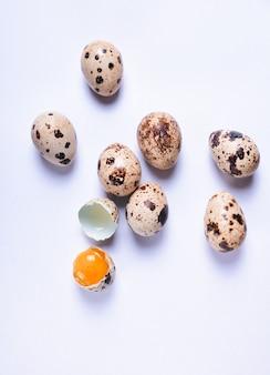 Ovos de codorna frescos em uma superfície branca