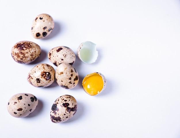 Ovos de codorna frescos no shell