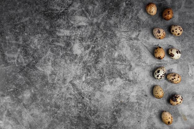 Ovos de codorna frescos pequenos