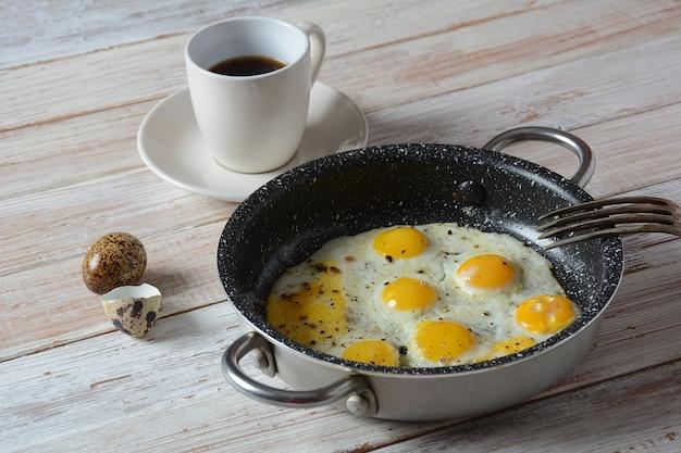 Ovos de codorna frito em uma panela no café da manhã. alimentos orgânicos saudáveis