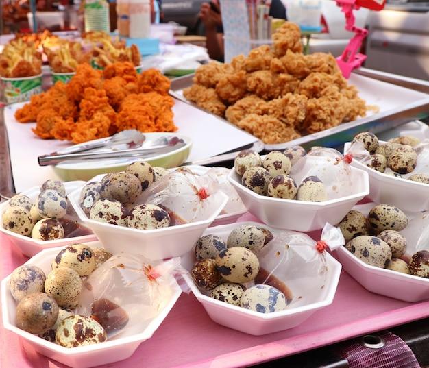 Ovos de codorna na comida de rua