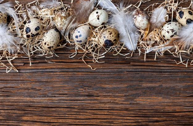 Ovos de codorna na superfície de madeira rústica