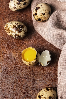 Ovos de codorna na superfície rústica