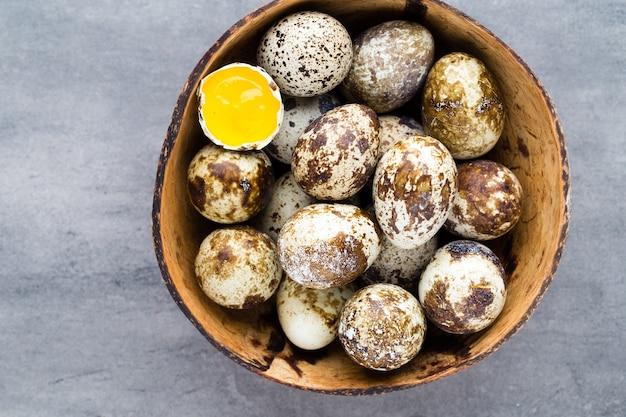 Ovos de codorna no ninho, um símbolo da primavera.