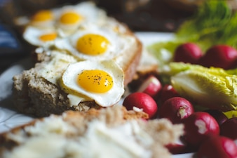 Ovos de codorna no pão com manteiga