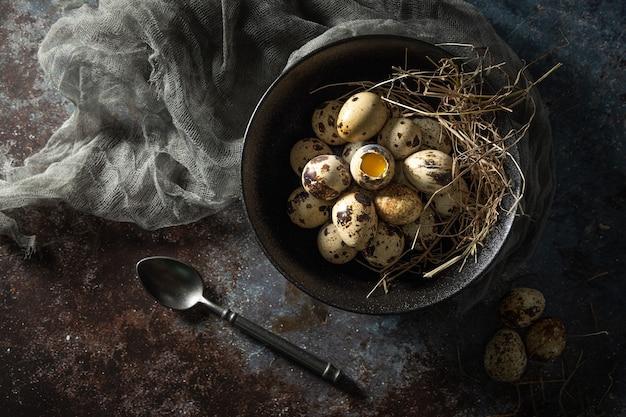 Ovos de codorna no prato com fundo rústico