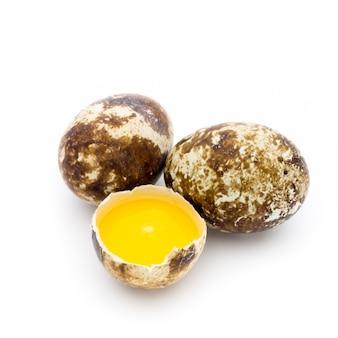 Ovos de codorna o isolado em um fundo branco.