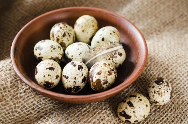 Ovos de codorna orgânicos frescos em uma tigela de cerâmica.