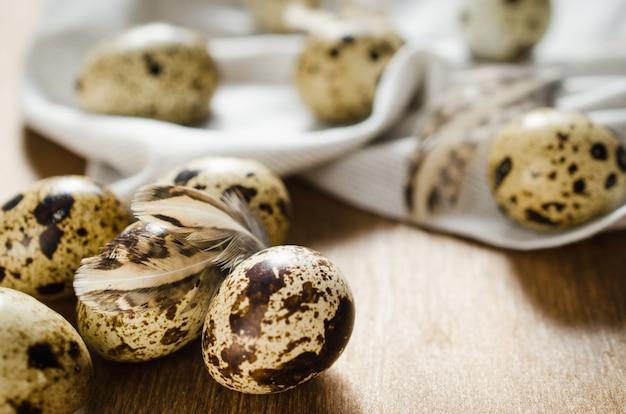 Ovos de codorna orgânicos frescos na mesa de madeira.