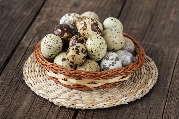 Ovos de codorna orgânicos frescos na velha mesa de madeira