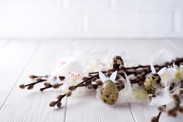 Ovos de codorna páscoa com orelhas de lebre e ramo de salgueiro