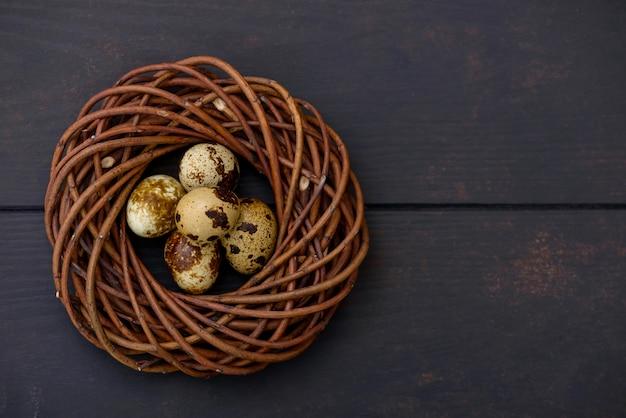 Ovos de codorna páscoa no ninho