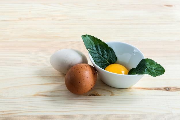 Ovos de diferentes tipos com hortelã