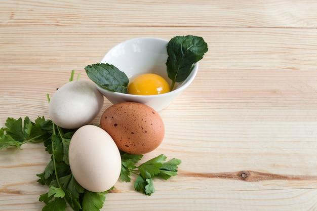 Ovos de diferentes tipos com salsa