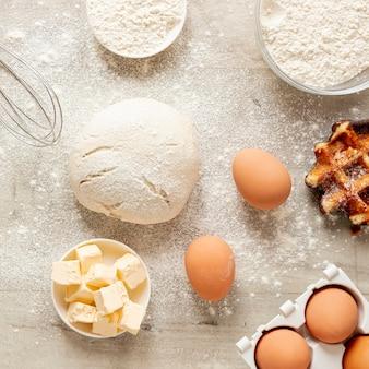 Ovos de farinha de massa e waffle saboroso