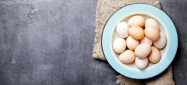 Ovos de frango caseiro em uma tigela de metal