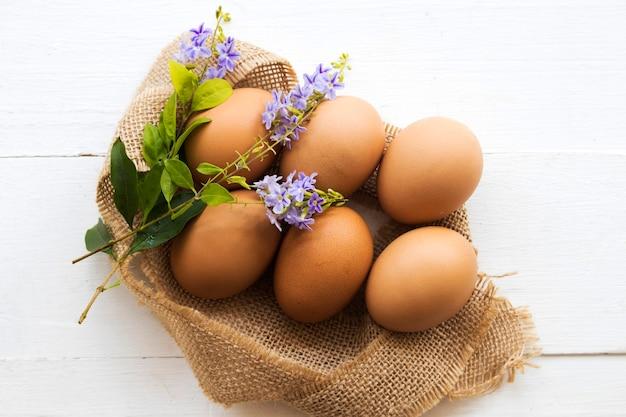 Ovos de frango no saco estilo de cartão postal de postura plana