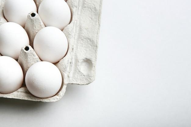 Ovos de galinha branca em uma caixa de ovo