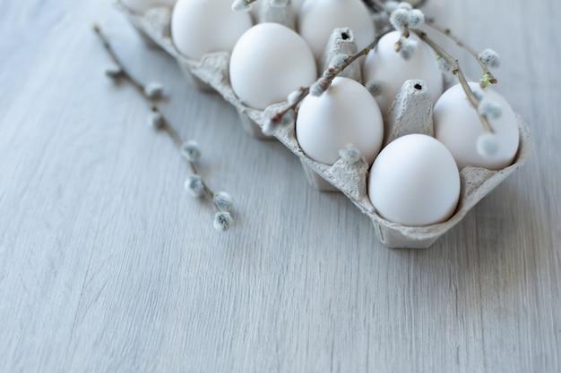 Ovos de galinha branca em uma caixa de papelão aberta eco-friendly