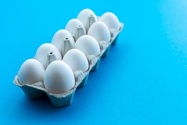 Ovos de galinha branca em uma caixa de papelão aberta